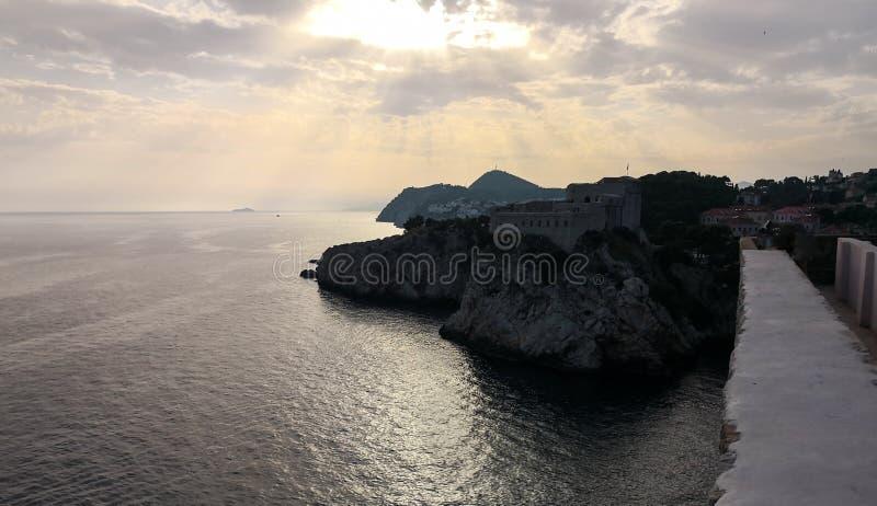 Puesta del sol en el mar adriático del fuerte de Dubrovnik imagenes de archivo