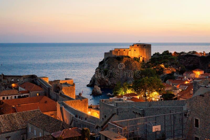 Puesta del sol en el mar adriático y la ciudad vieja en Dubrovnik imagen de archivo libre de regalías