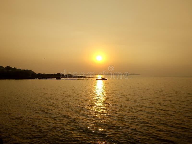Puesta del sol en el Mar Arábigo imagenes de archivo