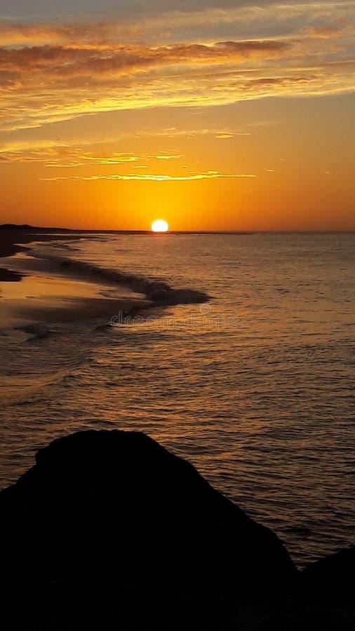 Puesta del sol en el mar atlántico fotos de archivo