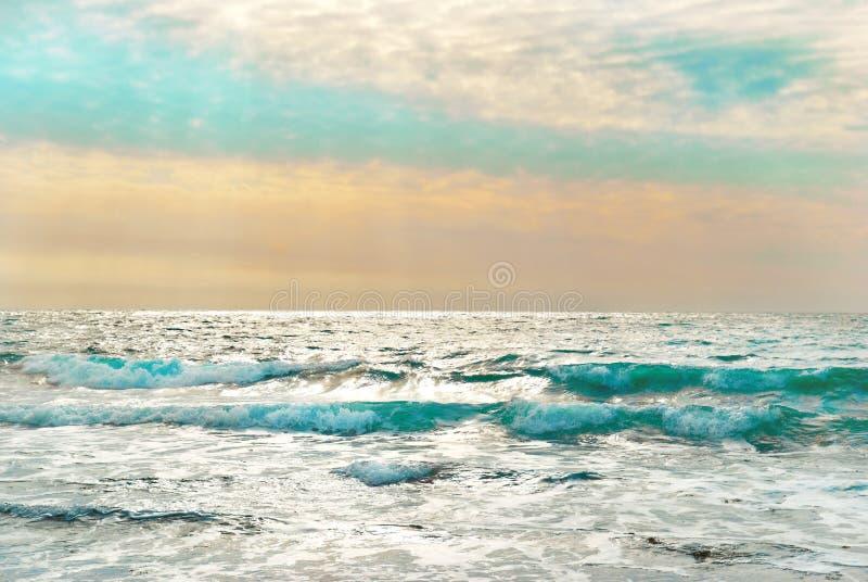 Puesta del sol en el mar azul con las ondas foto de archivo libre de regalías