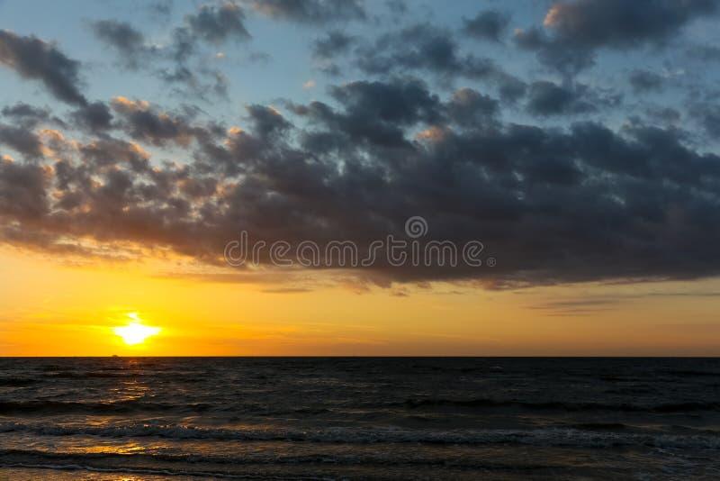 Puesta del sol en el mar Báltico fotografía de archivo