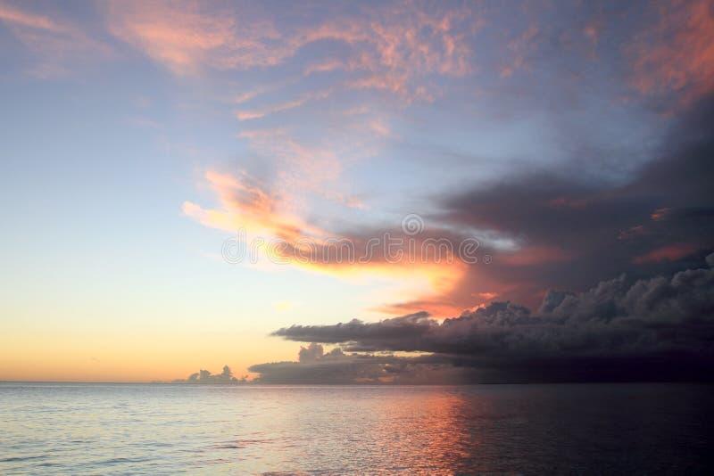 Puesta del sol en el mar del Caribe Pepublic dominicano foto de archivo libre de regalías