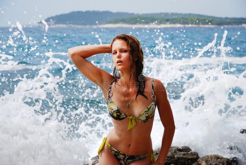 Puesta del sol en el mar Croacia muchacha por las ondas del mar en el verano fotografía de archivo