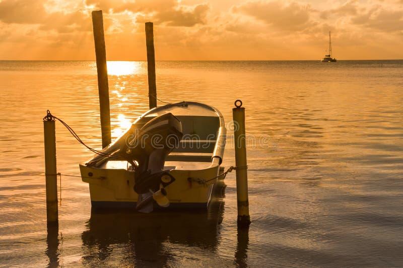 Puesta del sol en el mar del Caribe por la isla del calafate de Caye, Belice fotografía de archivo libre de regalías