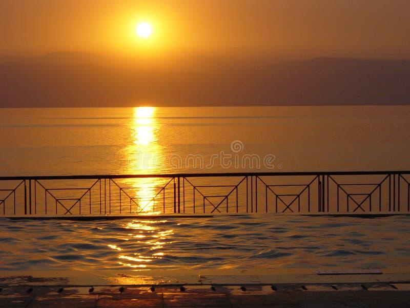 Puesta del sol en el mar muerto imagen de archivo