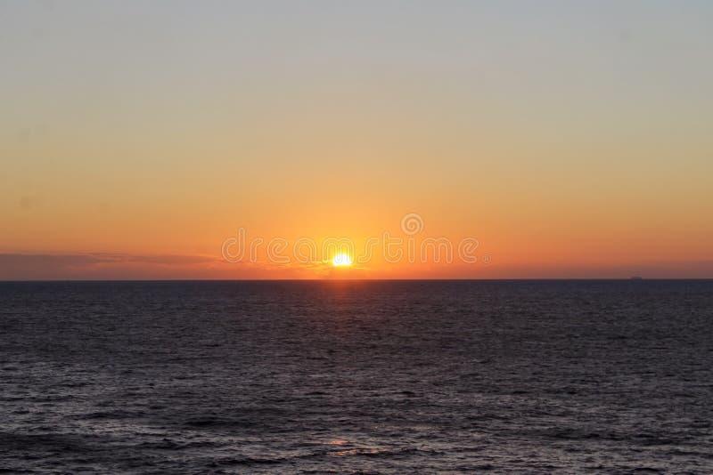 Puesta del sol en el medio del oc?ano foto de archivo libre de regalías