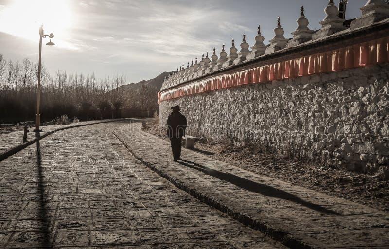 Puesta del sol en el monasterio de Samye con el peregrino, Tíbet fotos de archivo libres de regalías
