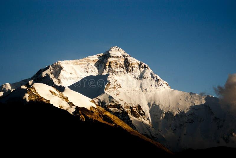 Puesta del sol en el monte Everest imagenes de archivo