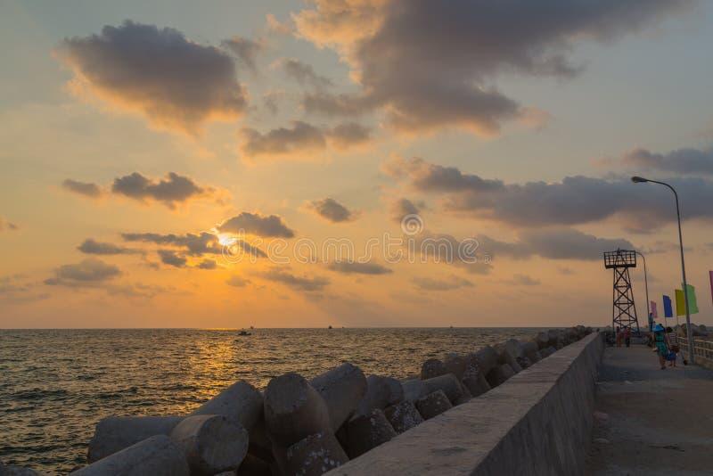 Puesta del sol en el muelle en el puerto de Phu Quoc, Vietnam foto de archivo libre de regalías