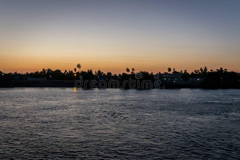 Puesta del sol en el Nilo Egipto ?frica fotografía de archivo