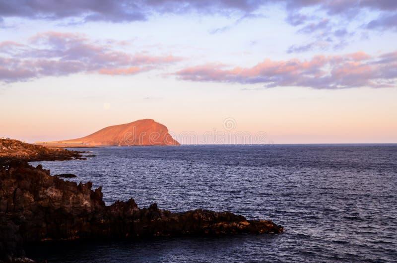 Puesta del sol en el Océano Atlántico imagenes de archivo