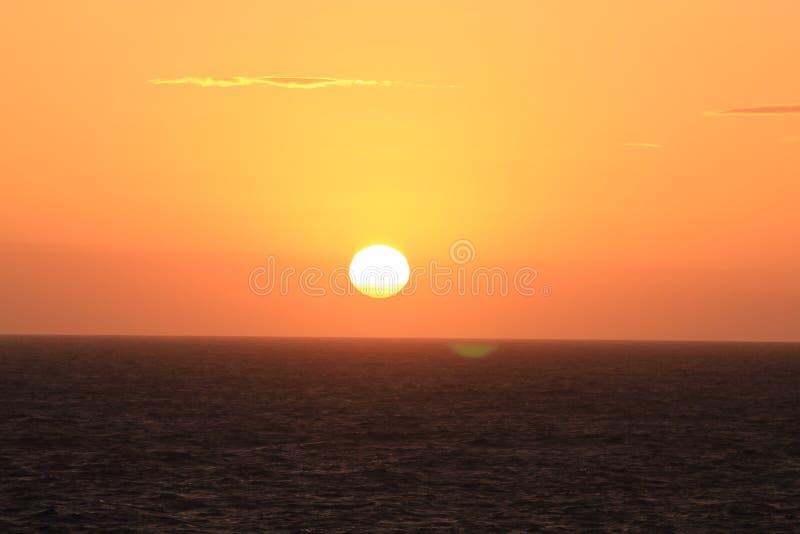 Puesta del sol En el Océano Atlántico Cielo amarillo foto de archivo