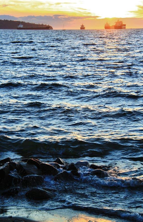 Puesta del sol en el Océano Pacífico de la bahía inglesa, Vancouver céntrica, Columbia Británica fotografía de archivo