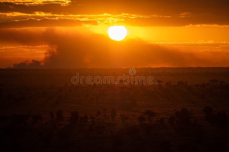 Puesta del sol en el oeste de Tsavo, Kenia fotografía de archivo