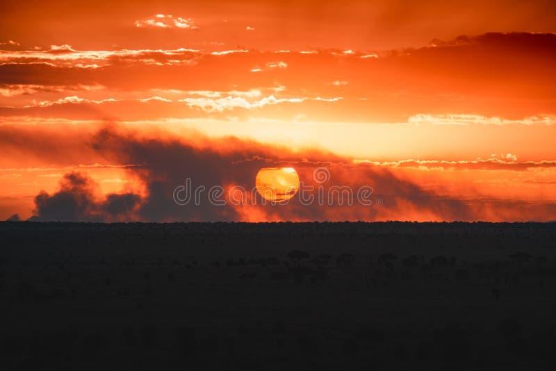 Puesta del sol en el oeste de Tsavo, Kenia imagen de archivo