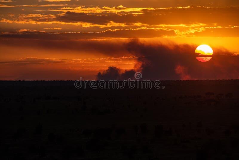 Puesta del sol en el oeste de Tsavo, Kenia fotos de archivo