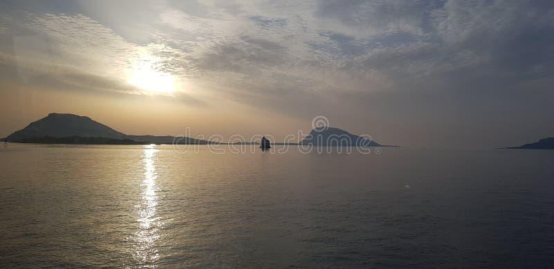 Puesta del sol en el og Noruega del westcoast imagenes de archivo