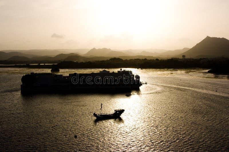 Puesta del sol en el palacio del lago imagenes de archivo