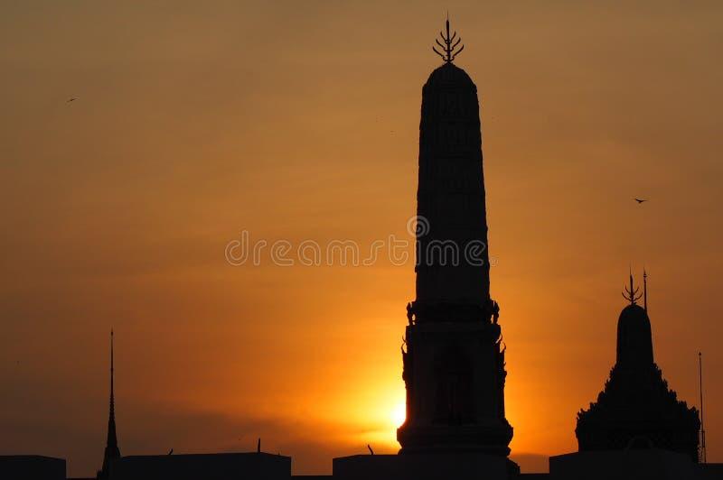 Puesta del sol en el palacio magnífico Bangkok Tailandia imágenes de archivo libres de regalías