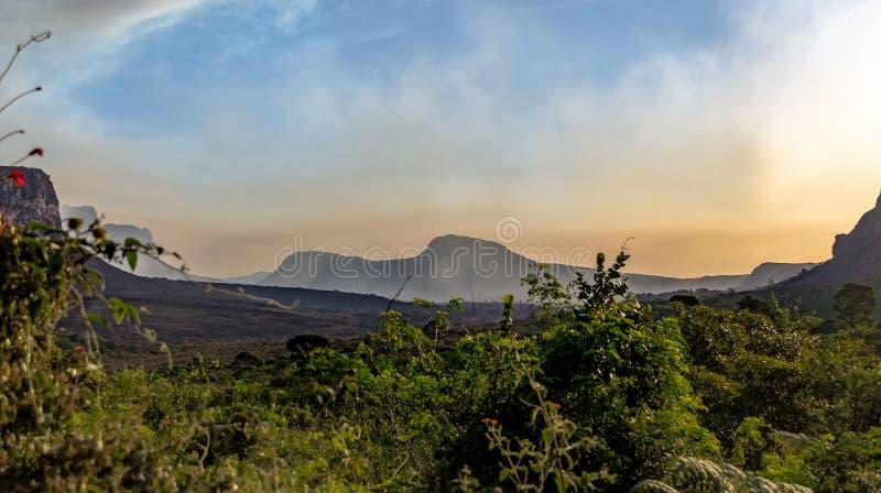 Puesta del sol en el parque nacional de Chapada Diamantina - Bahía, el Brasil imagenes de archivo