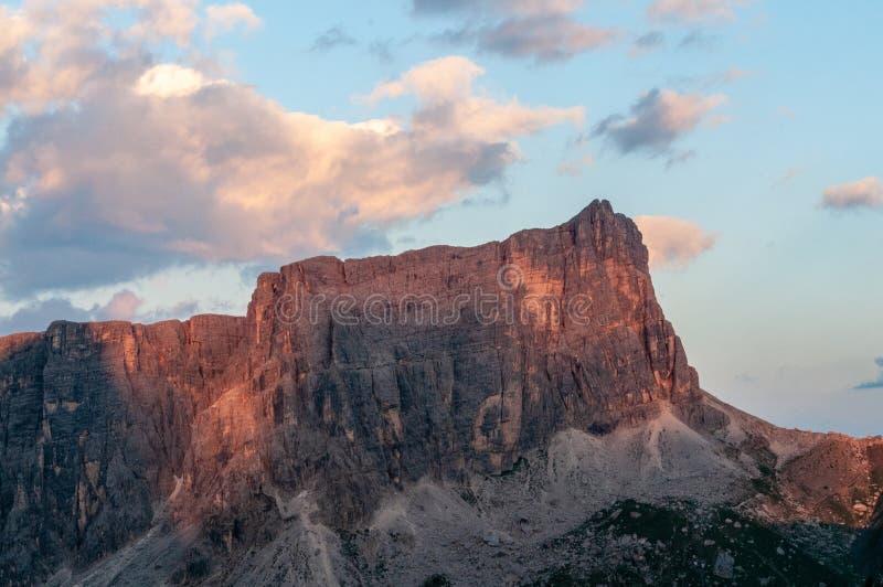 Puesta del sol en el Passo di Giau, en las dolomías italianas imágenes de archivo libres de regalías