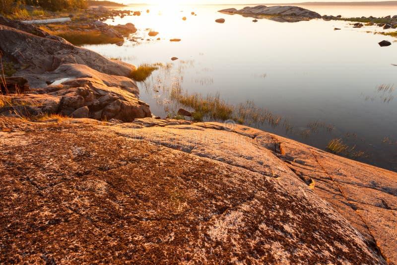 Puesta del sol en el pequeño lago hermoso Karelia, Rusia fotos de archivo libres de regalías