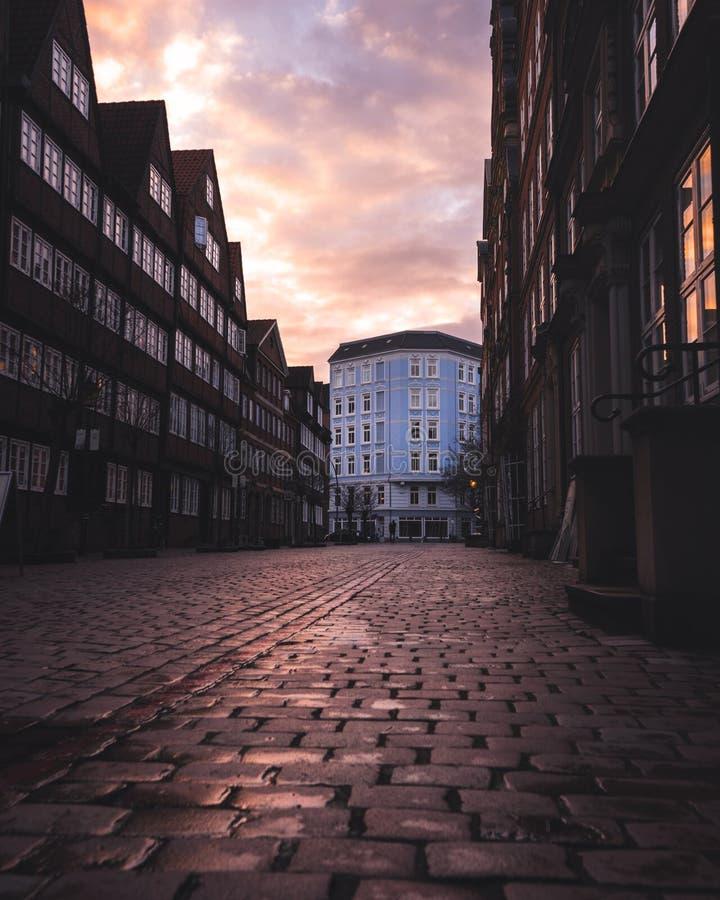 Puesta del sol en el Peterstraße en Hamburgo fotos de archivo libres de regalías