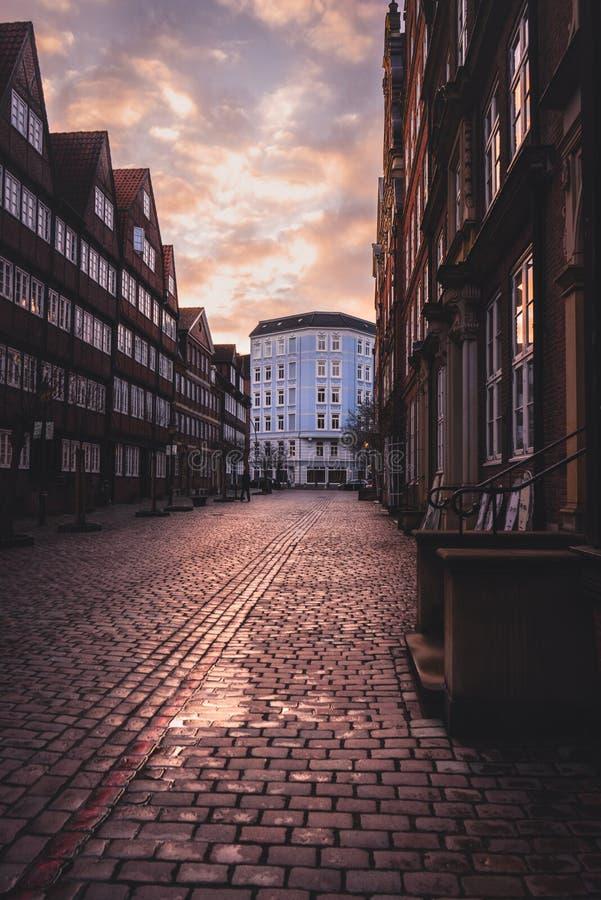 Puesta del sol en el Peterstraße en Hamburgo imagenes de archivo