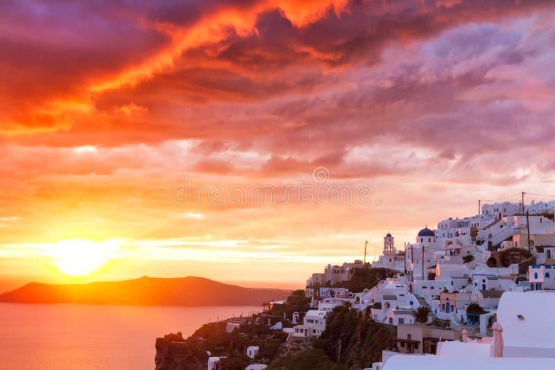 Puesta del sol en el pueblo cycladic Imerovigli foto de archivo libre de regalías
