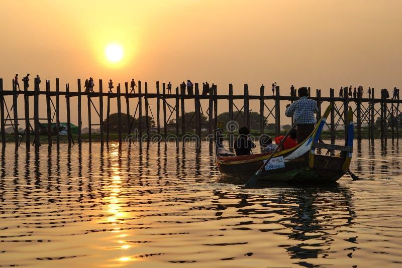 Puesta del sol en el puente de U Bein, Amarapura, Myanmar Birmania imagenes de archivo