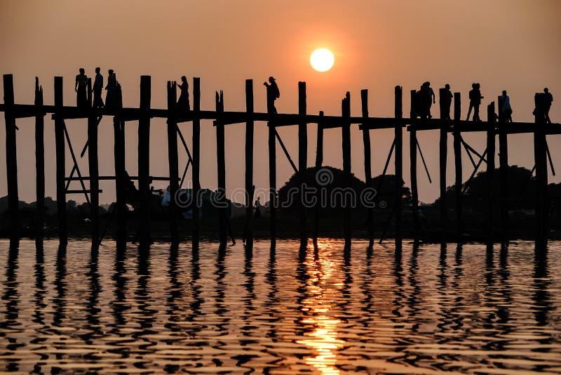 Puesta del sol en el puente de U Bein, Amarapura, Myanmar Birmania fotos de archivo libres de regalías