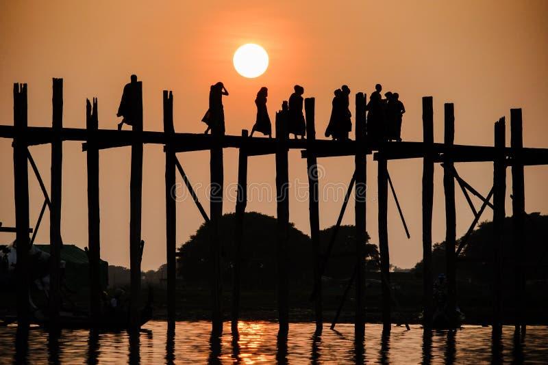 Puesta del sol en el puente de U Bein, Amarapura, Myanmar Birmania foto de archivo