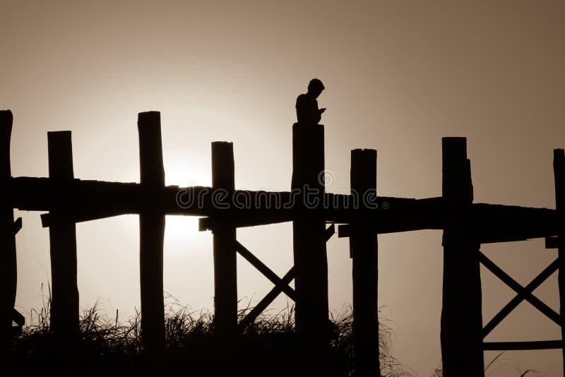 Puesta del sol en el puente de U Bein, Amarapura, Myanmar Birmania fotografía de archivo libre de regalías