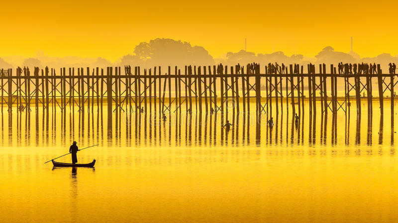 Puesta del sol en el puente de U Bein, Myanmar imagen de archivo