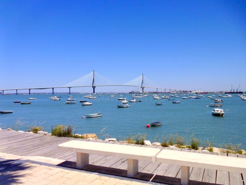 Puesta del sol en el puente del La Constitucion, llamado La Pepa, con el mar del barco en Cádiz, Andalucía españa imagen de archivo