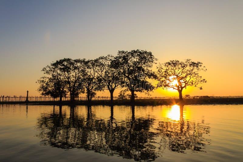 Puesta del sol en el puente del Teakwood de U Bein, Amarapura en Myanmar (Burmar fotos de archivo