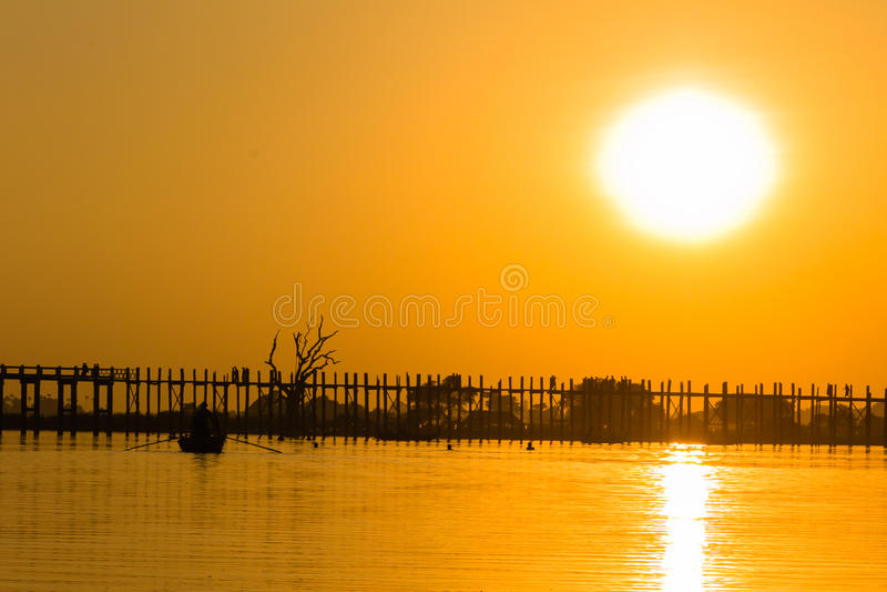 Puesta del sol en el puente del Teakwood de U Bein, Amarapura en Myanmar (Burmar imagen de archivo libre de regalías