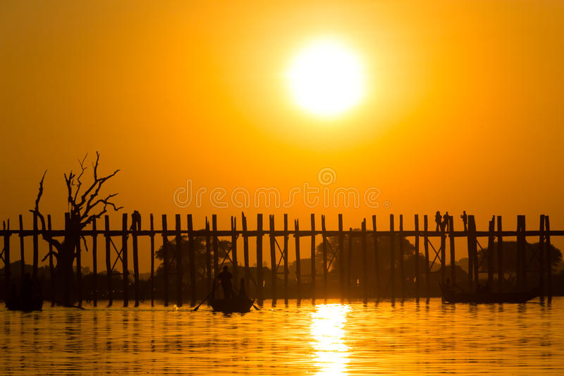 Puesta del sol en el puente del Teakwood de U Bein, Amarapura en Myanmar (Burmar fotografía de archivo libre de regalías