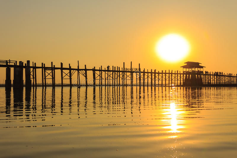 Puesta del sol en el puente del Teakwood de U Bein, Amarapura en Myanmar (Burmar imagenes de archivo