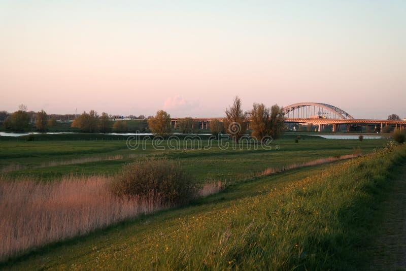 Puesta del sol en el puente Vianen, Países Bajos imagenes de archivo
