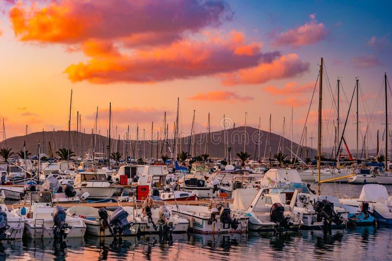 Puesta del sol en el puerto en Alghero, Cerdeña, Italia imagenes de archivo