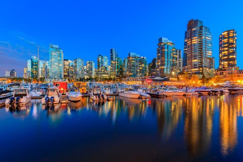 Puesta del sol en el puerto del carbón en la Columbia Británica de Vancouver con downto imagen de archivo