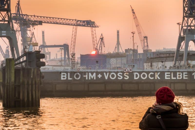 Puesta del sol en el puerto de Hamburgo fotografía de archivo