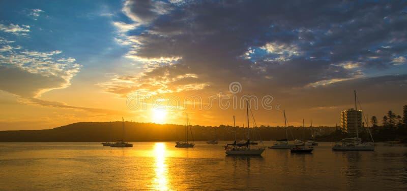Puesta del sol en el puerto de hombres fotos de archivo libres de regalías