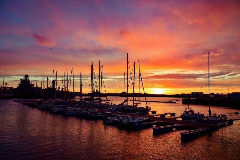 Puesta del sol en el puerto de Reykjavik, Islandia imagenes de archivo