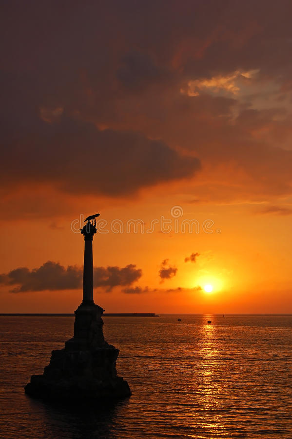 Puesta del sol en el puerto de Sevastopol, fotografía de archivo