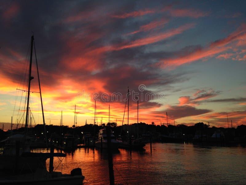 Puesta del sol en el puerto deportivo fotografía de archivo libre de regalías