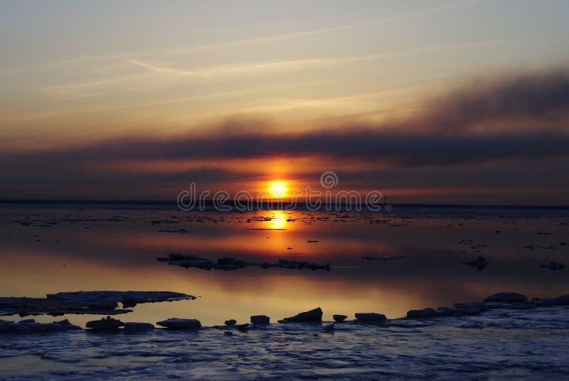 Puesta del sol en el río imagenes de archivo