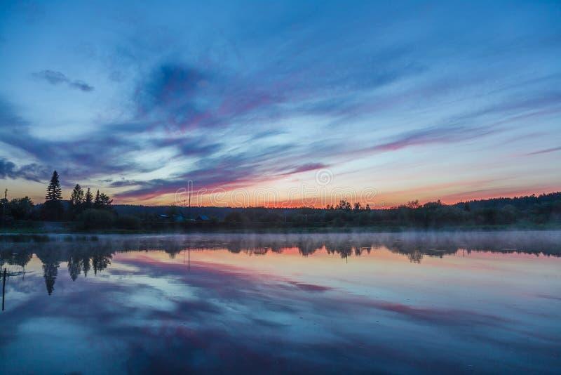 Puesta del sol en el río fotos de archivo libres de regalías